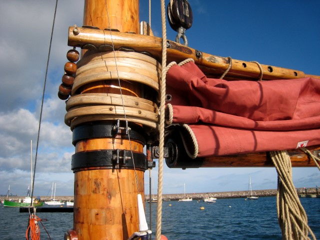 Folded mainsail and mast (Small).JPG